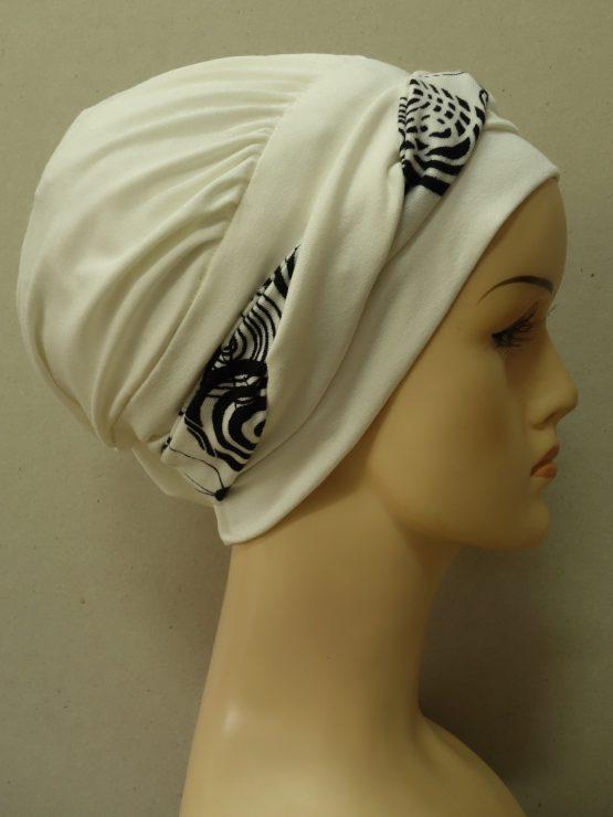 Ecru modna czapka z plecioną dekoracją