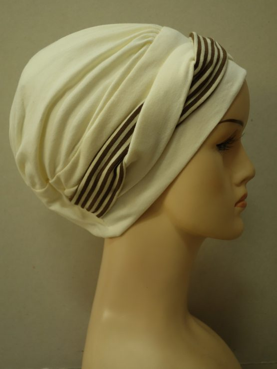 Waniliowa modna czapka z dekoracją w paski