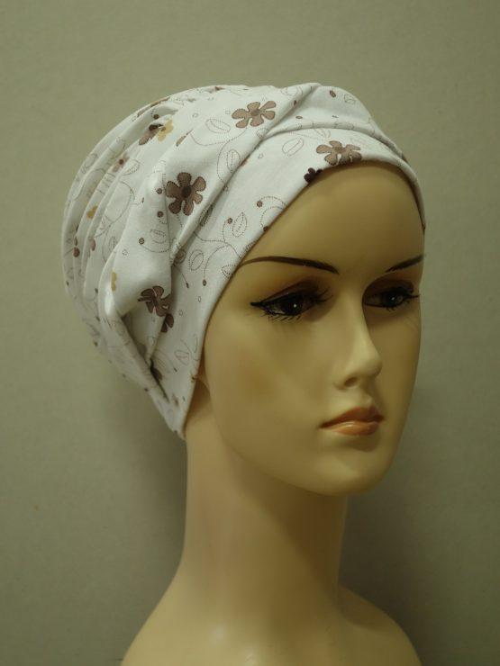 Ecru modna czapka z dekoracją w kwiaty