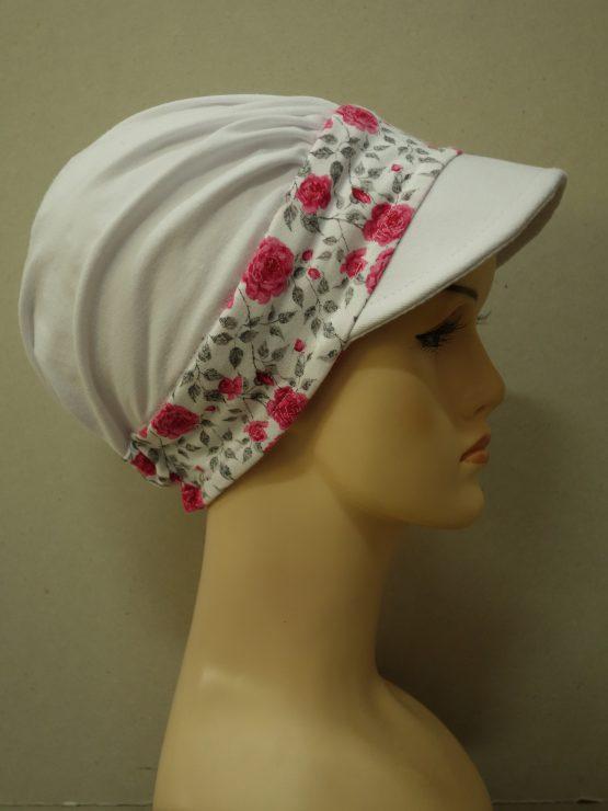 Biała modna czapka z daszkiem z rantem w różyczki