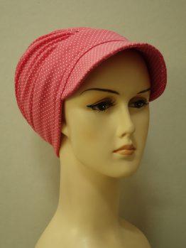 Malinowa modna czapka z daszkiem cała w groszki