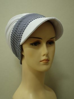 Biała modna czapka z daszkiem z rantem w paski