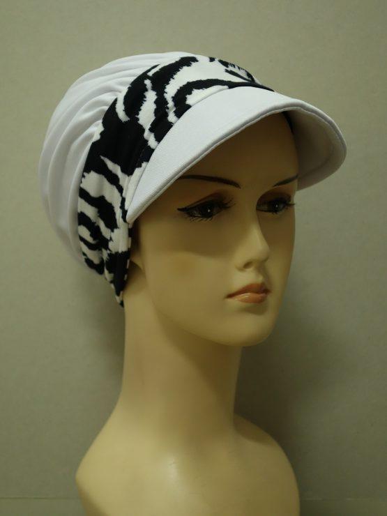 Biała modna czapka z daszkiem z wzorzystym rantem