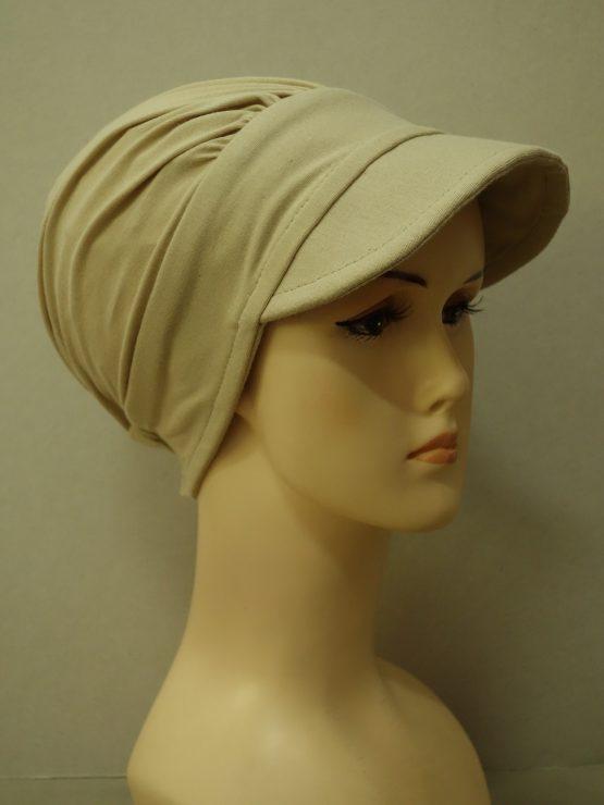 Modna czapka z daszkiem w kolorze beżowym z dokładaną, wzorzystą dekoracją w odcieniach brązu