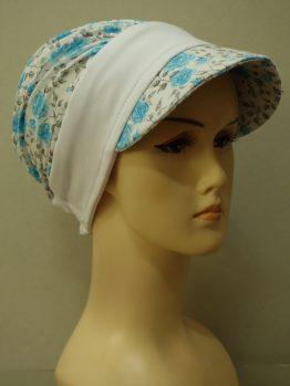 Biała modna czapka z daszkiem w niebieskie róże z białym rantem