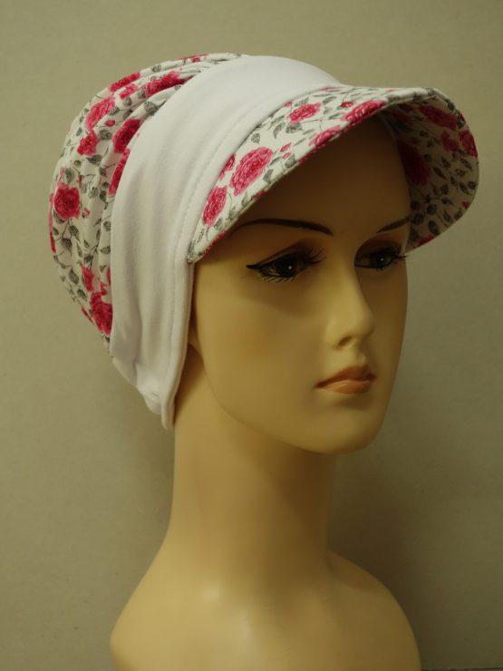 Biała modna czapka z daszkiem w róże z białym rantem