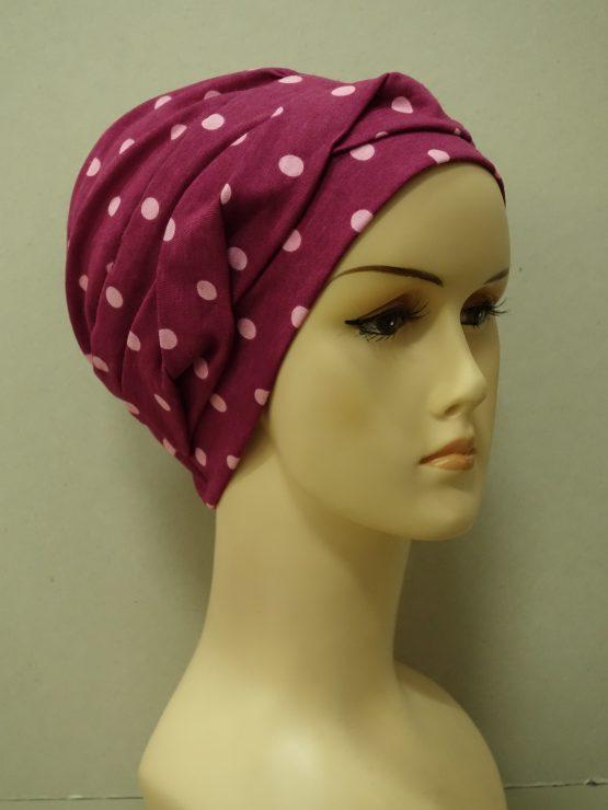Jagodowa modna czapka w groszki