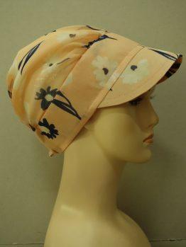 Brzoskwiniowa modna czapka z daszkiem w kwiaty