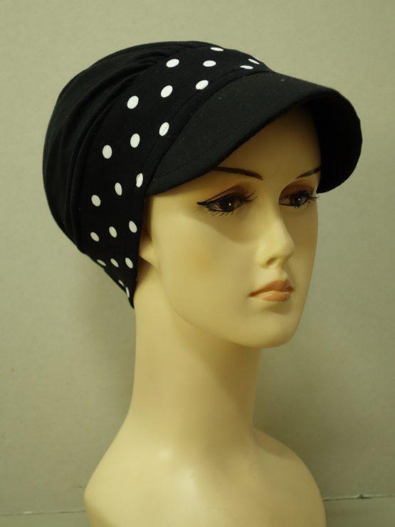Czarna modna czapka z daszkiem z rantem w groszki