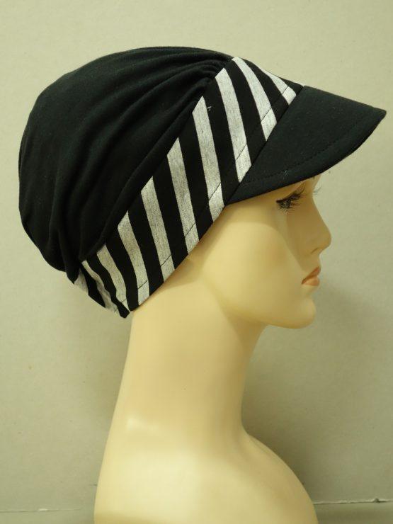 Czarna modna czapka z daszkiem z rantem w paski