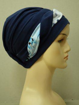 Granatowa modna czapka z plecioną dekoracją