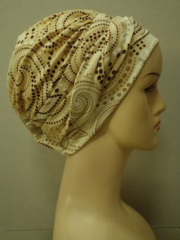 Beżowa modna czapka we wzory z plecioną dekoracją