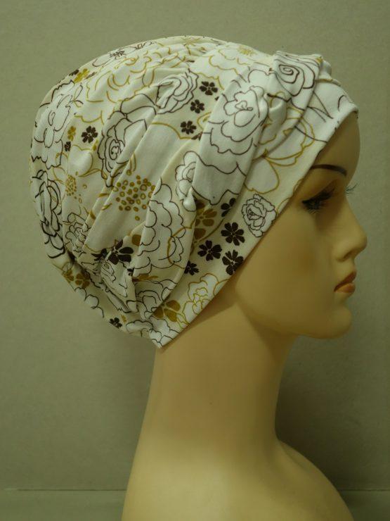 Ecru modna czapka w kwiaty z plecioną dekoracją