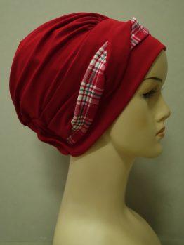 Czerwona modna czapka z plecioną dekoracją w kratkę