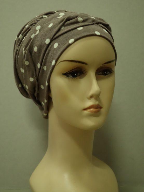 Popielaty beż modna czapka w groszki z plecioną dekoracją