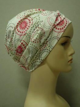 Ecru modna czapka we wzory z plecioną dekoracją