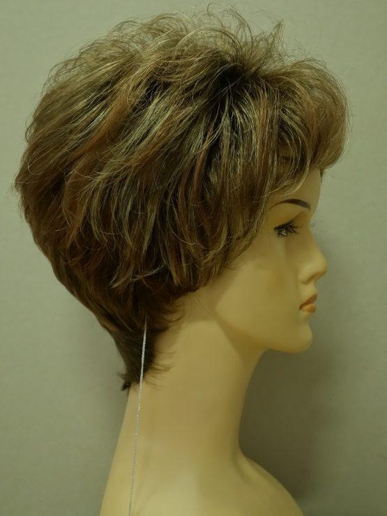 Krótka peruka cynamonowa z refleksami lekko kręcona