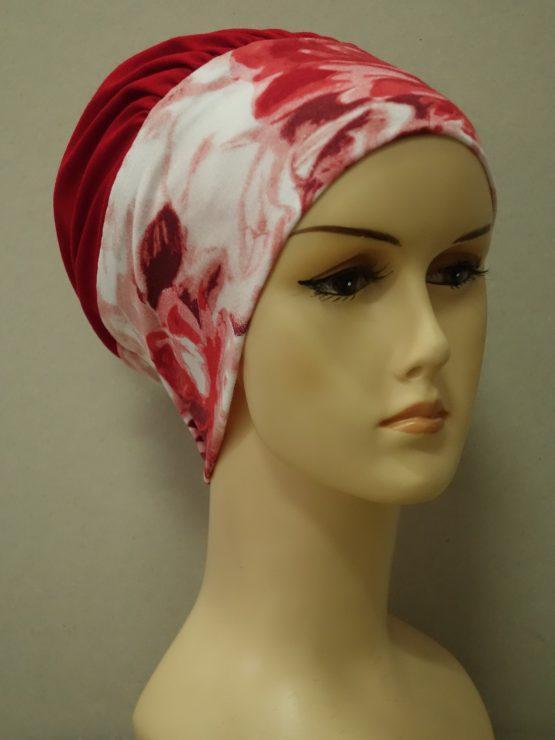Czerwona modna czapka z rantem w kwiaty