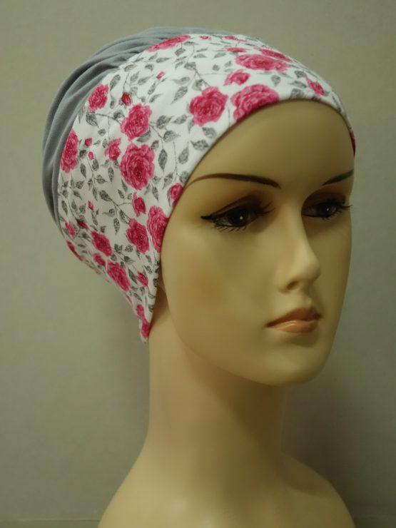 Popielata modna czapka z rantem w różyczki