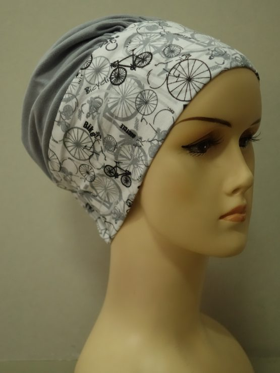 Popielata modna czapka z rantem we wzory