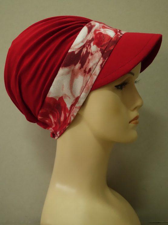 Czerwona modna czapka z daszkiem z rantem w róże