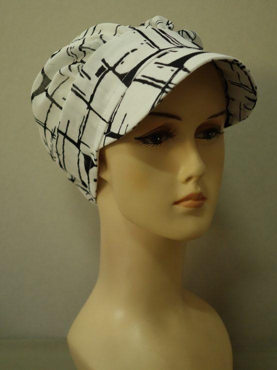 Biała modna czapka z daszkiem we wzory
