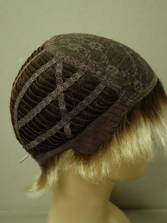 Krótka peruka jasny blond na ciemniejszej podstawie.