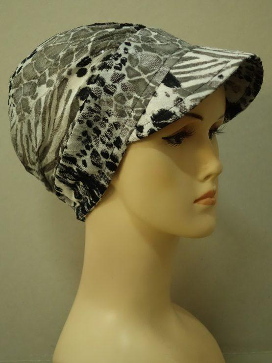 Popielata modna czapka z daszkiem w czarne wzory
