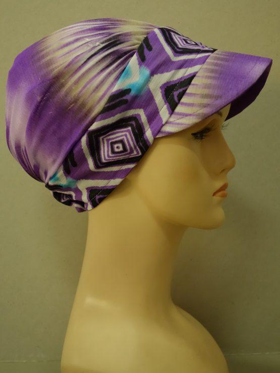 Fioletowa modna czapka z daszkiem we wzory