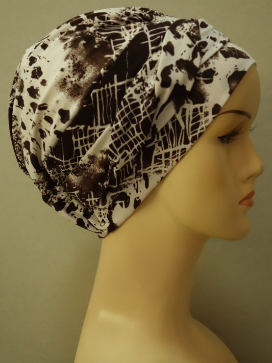 Brązowo-kremowa modna czapka we wzory