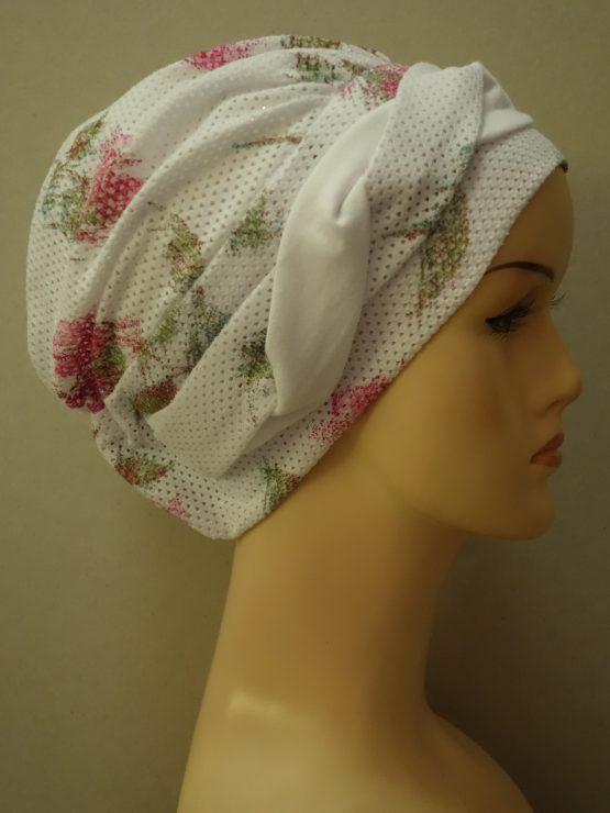 Biała modna czapka w kwiaty