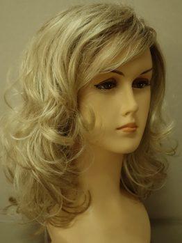 Półdługa peruka blond na ciemniejszej podstawie kręcona