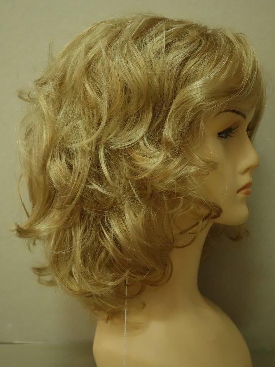Półdługa peruka blond kręcona.