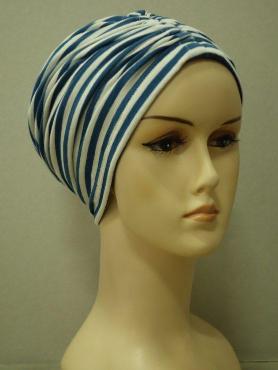 Niebieski czepek drapowany w białe paski