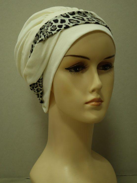 Waniliowa modna czapka z dekoracją w panterkę