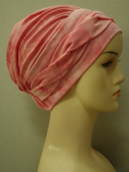 Brzoskwiniowa modna czapka z plecioną dekoracją