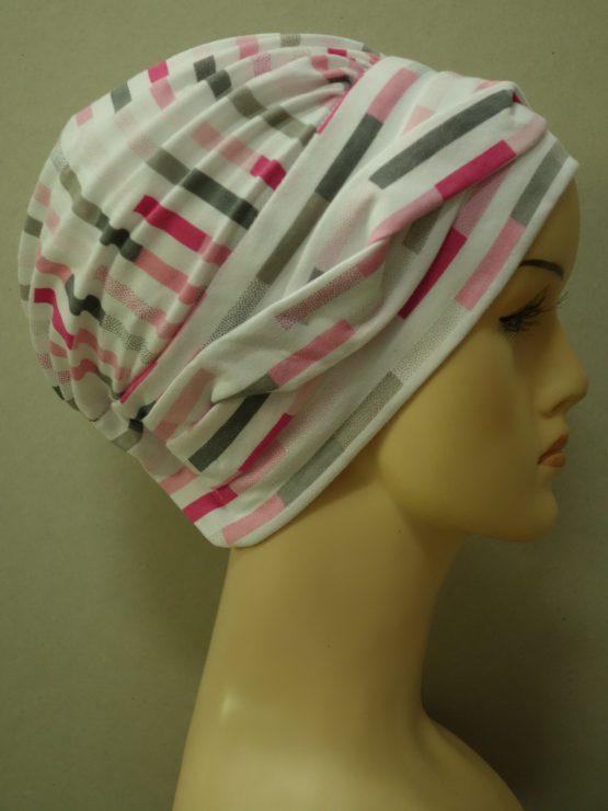 Biała modna czapka w kolorowe paski z dekoracją