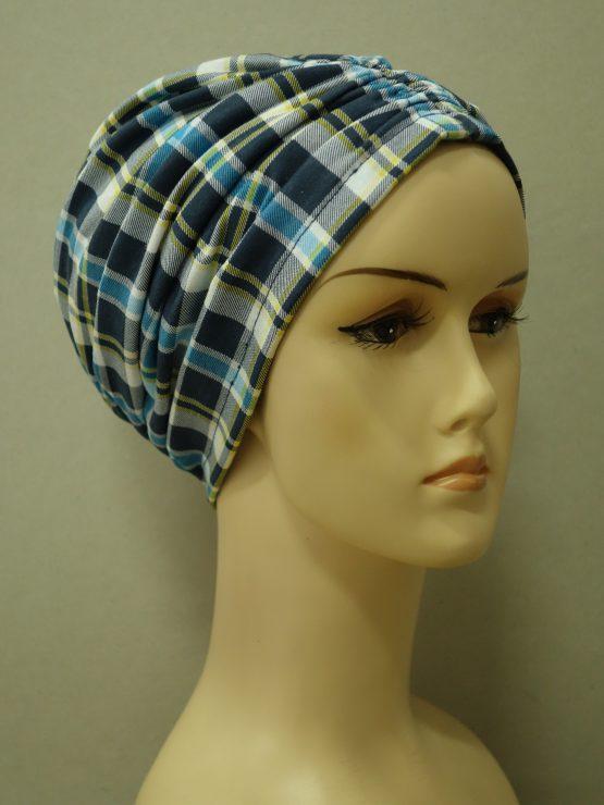 Niebieski czepek drapowany w kratkę