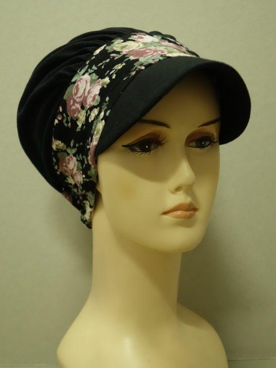Czarna modna czapka z daszkiem z rantem w kwiaty