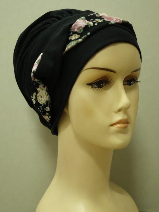 Czarna modna czapka z plecioną dekoracją w kwiaty