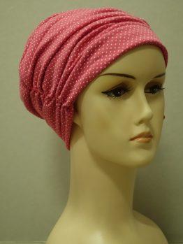 Malinowa drapowana czapka w groszki