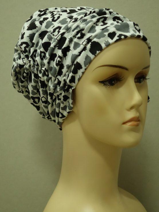 Biała drapowana czapka we wzory