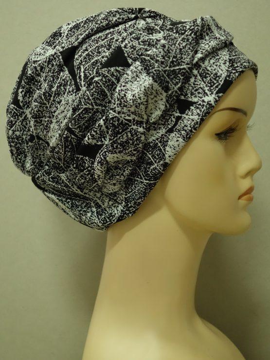 Czarna modna czapka z plecioną dekoracją w liście