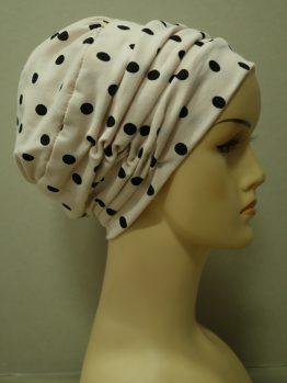 Morelowa drapowana czapka w groszki