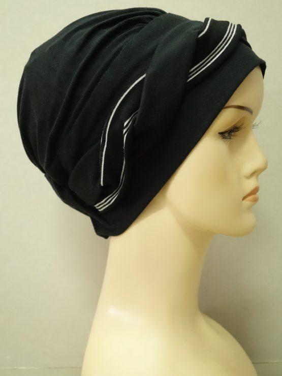 Czarna modna czapka z plecioną dekoracją w paski