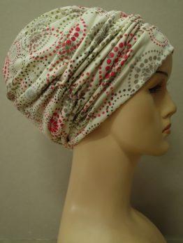 Ecru drapowana czapka we wzory