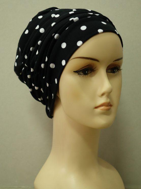 Czarna drapowana czapka w groszki