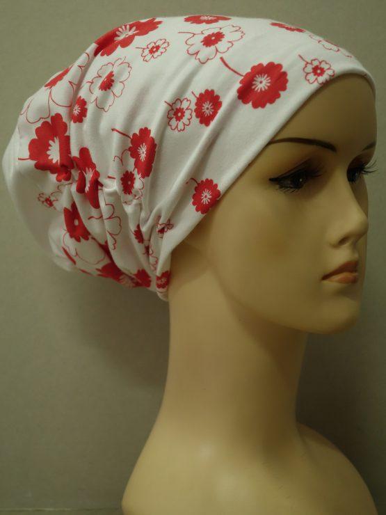 Biała drapowana czapka w czerwone kwiaty