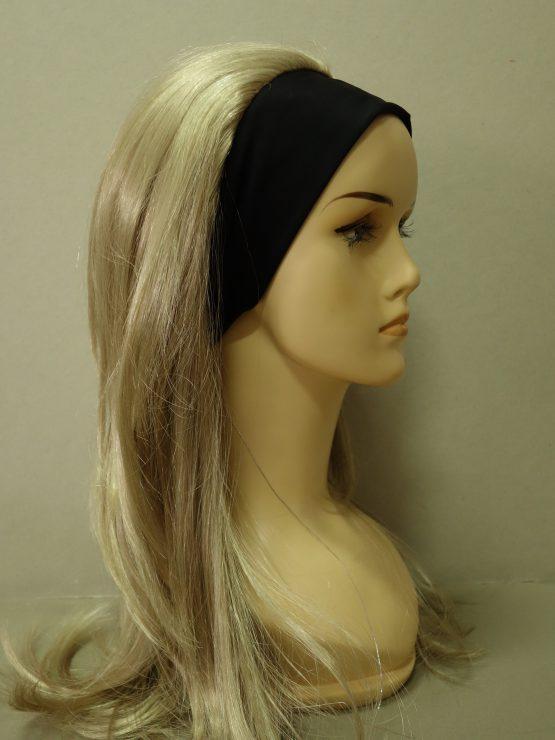 Długa peruka w kolorze blond na opasce.