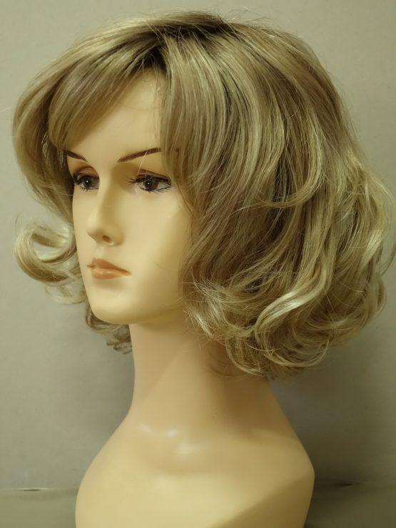 Półdługa peruka blond z refleksami kręcona na końcach